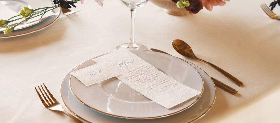 Menu marque-place mariage papier artisanal élégant épuré