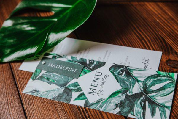 Menu individuel mariage tropique feuillage vert et blanc