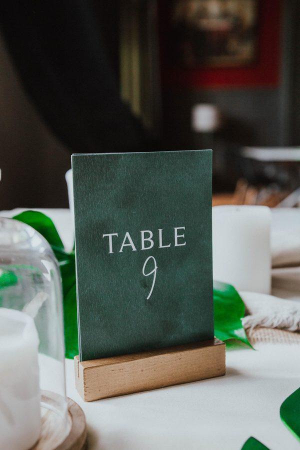 Plan de table mariage tropique feuillage vert et blanc