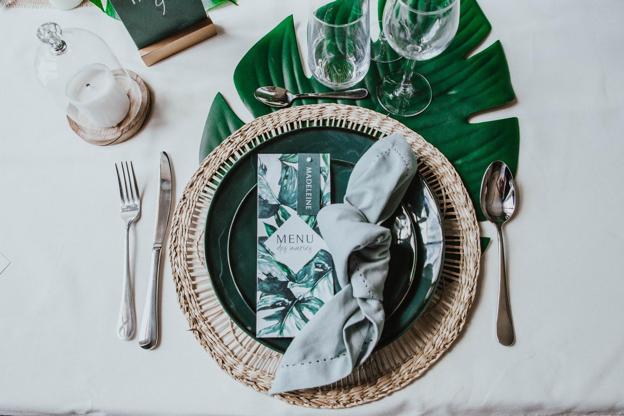 Menu individuel mariage tropique feuillage vert et blanc à l'aquarelle