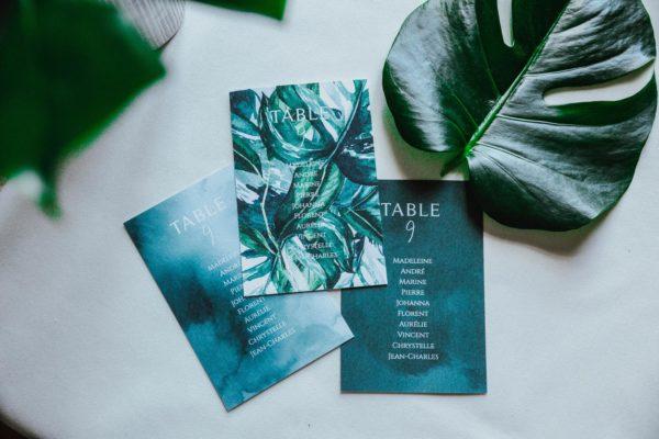 Plan de table mariage tropique feuillage vert et blanc à l'aquarelle