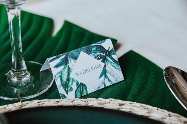Marque-place mariage tropique feuillage vert et blanc à l'aquarelle