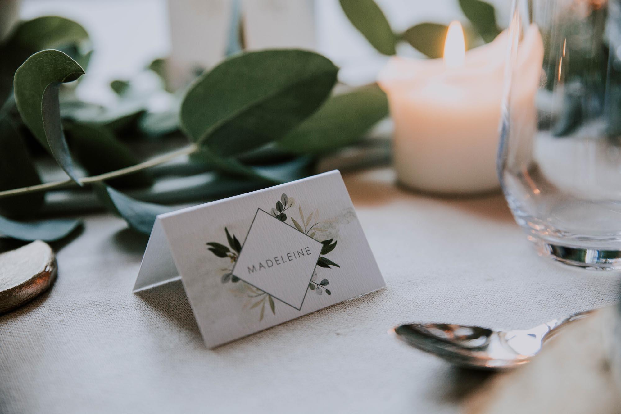 Marque-place blanc table mariage végétal feuille eucalyptus