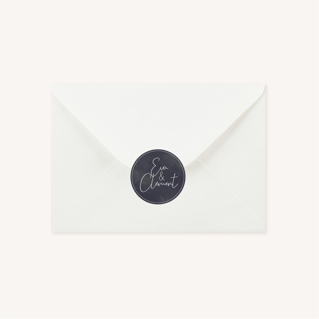 Enveloppe blanche avec étiquette personnalisée ronde pour faire-part de mariage aux thèmes nuit, étoiles, nuages, rêves, comètes et couleurs gris, blanc, or