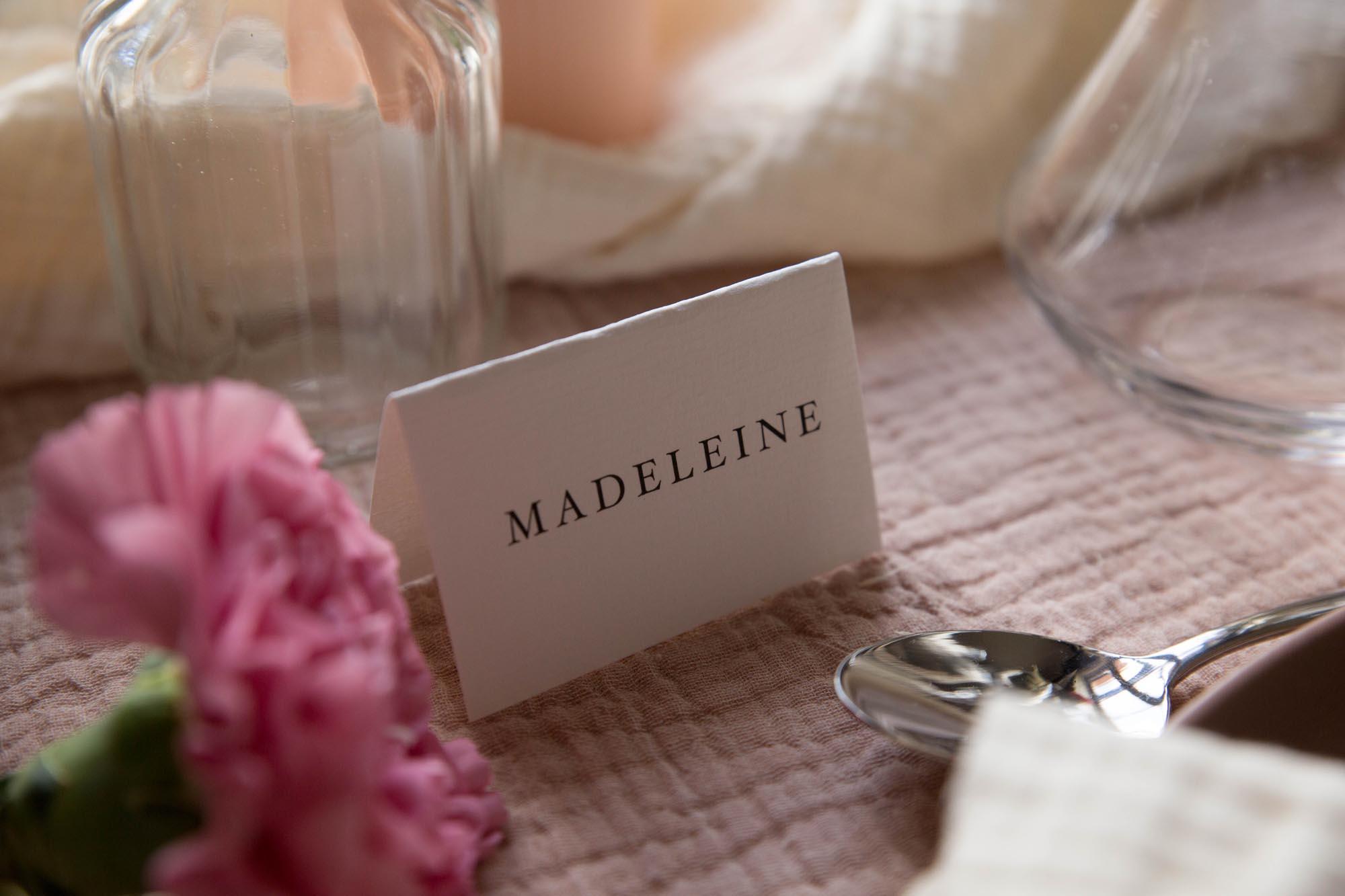Marque-place invités mariage collection Blush couleurs rose, rose poudré, rose clair, blanc, mariage thèmes doux, romantique