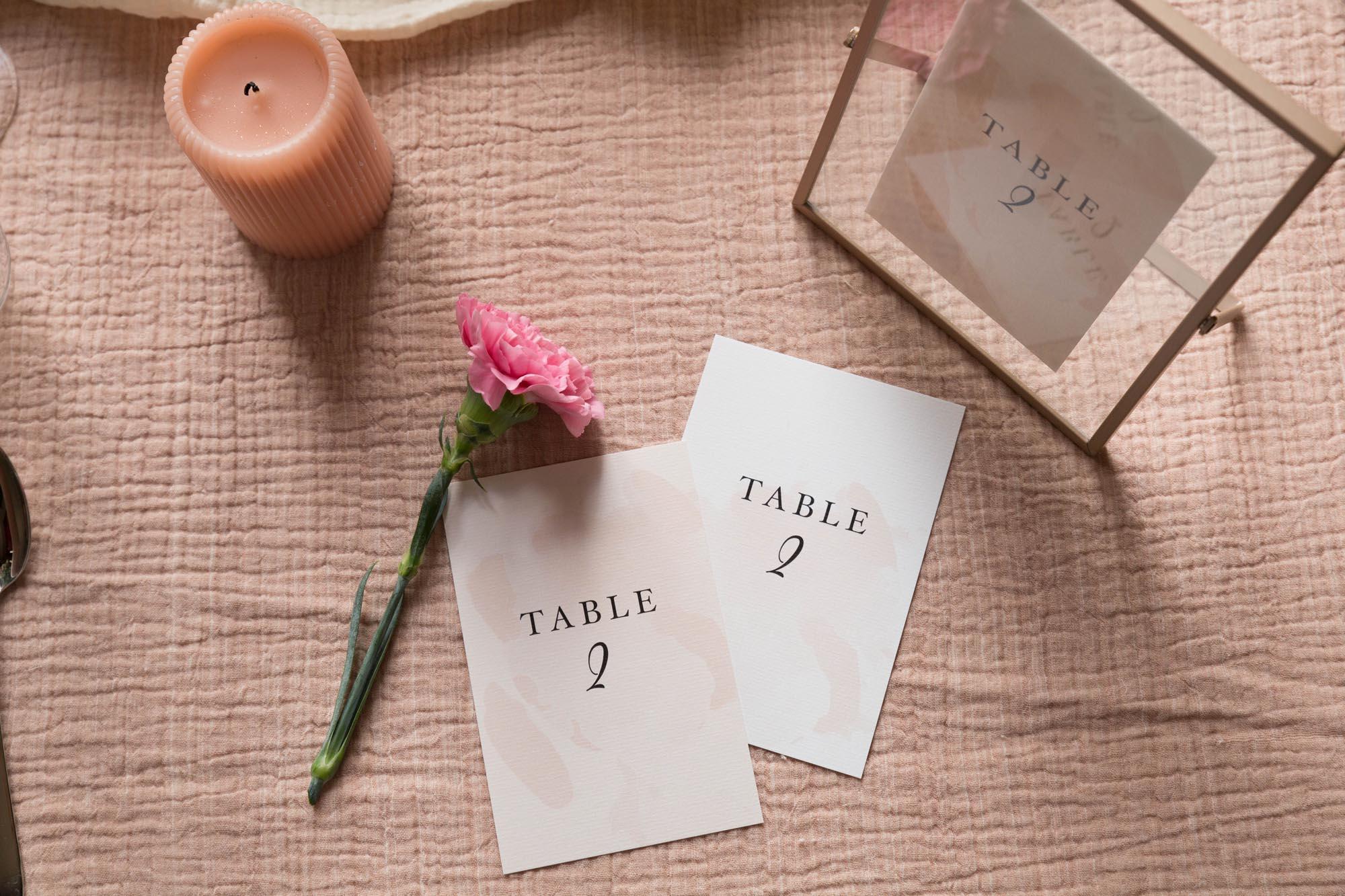 Nom de table invités mariage collection Blush couleurs rose, rose poudré, rose clair, blanc, mariage thèmes doux, romantique