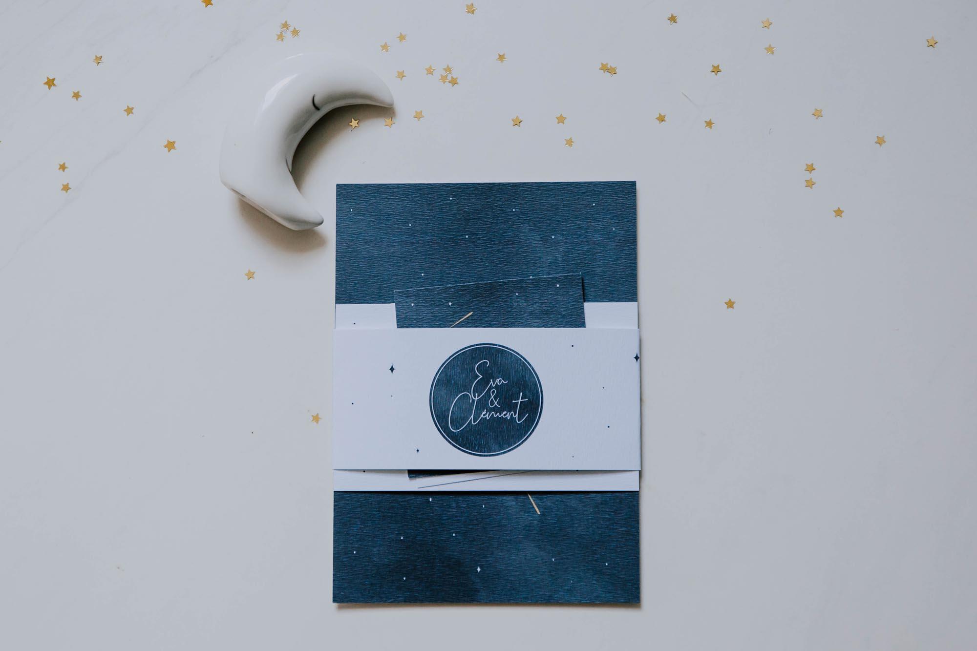 Invitation faire-part de mariage aux thèmes nuit, étoiles, nuages, rêves, comètes et couleurs gris, blanc, or