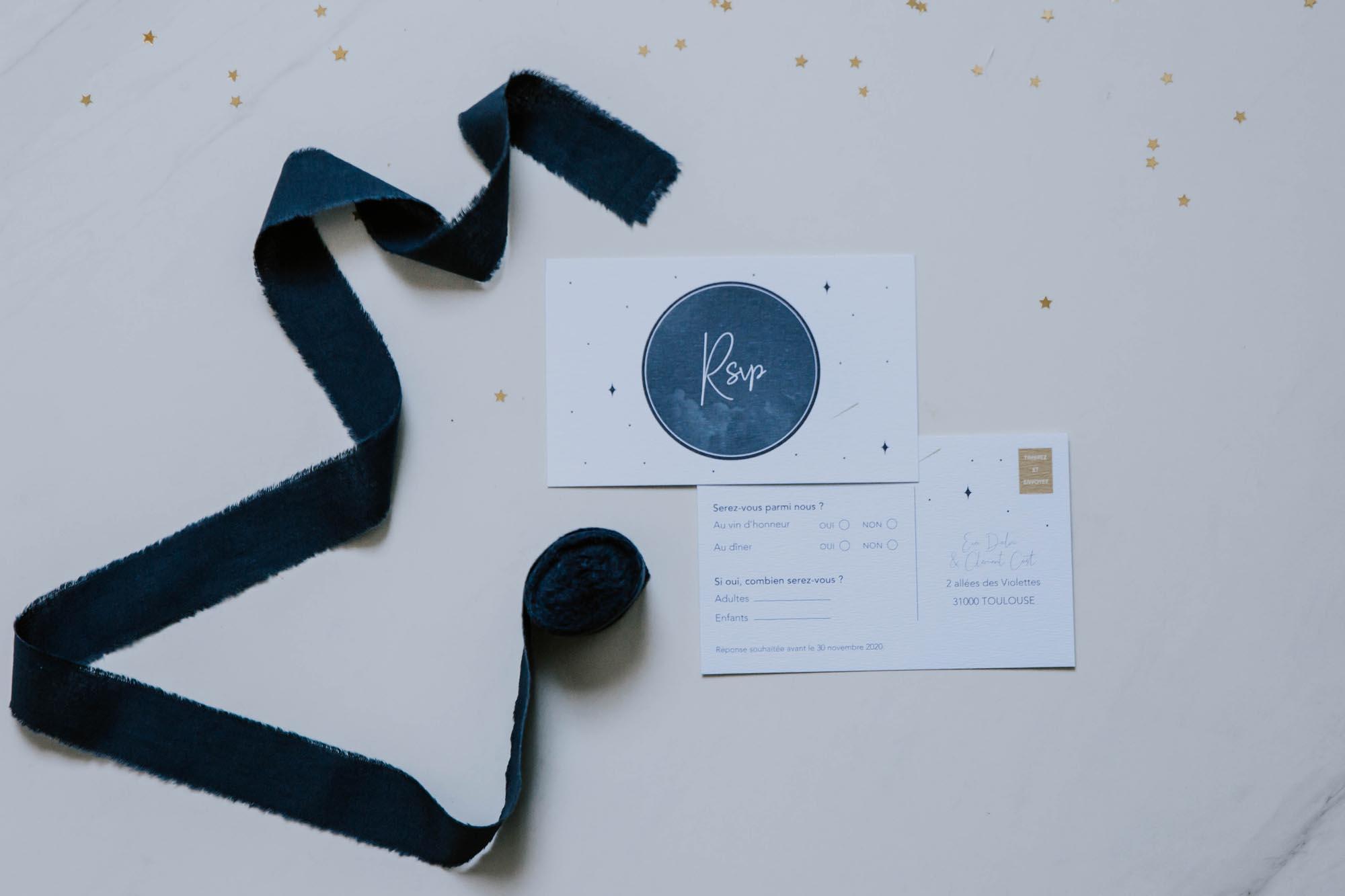 Carton invitation RSVP de mariage aux thèmes nuit, étoiles, nuages, rêves, comètes et couleurs gris, blanc, or