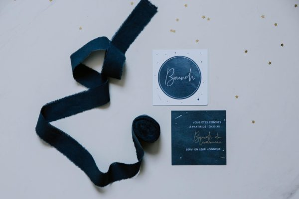 Carton invitation brunch de mariage aux thèmes nuit, étoiles, nuages, rêves, comètes et couleurs gris, blanc, or